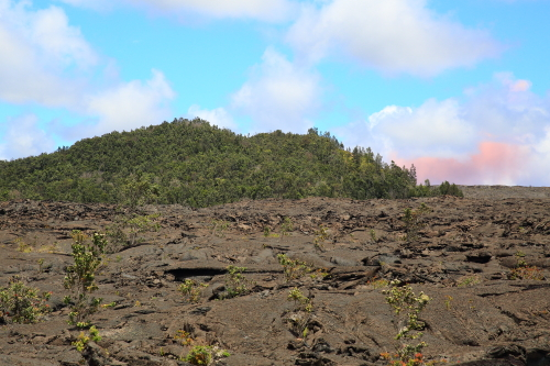 180503-マウナウル溶岩原とプウオオからのピンク色の噴煙.JPG